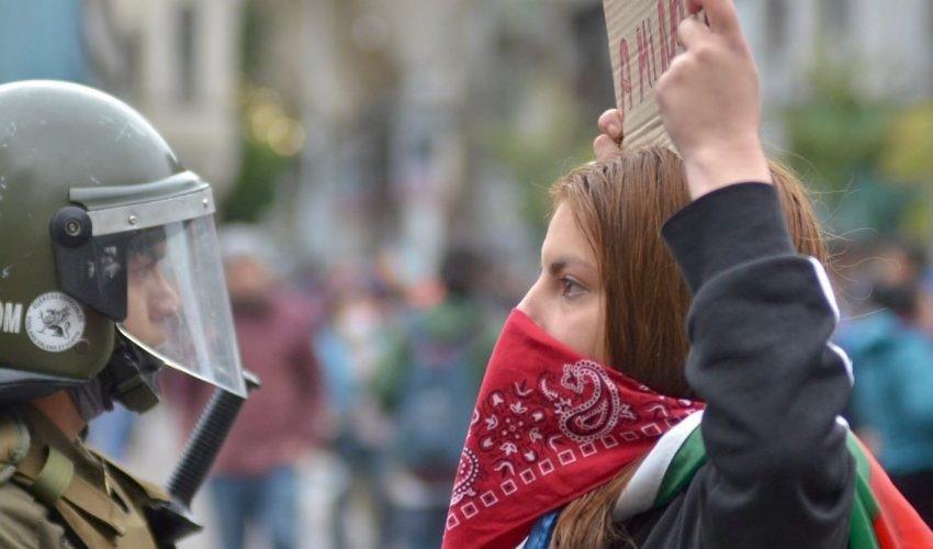 https://assets.diarioconcepcion.cl/2020/10/Manifestante-Carabinero-18-octubre-estallido-social-850x500.jpeg